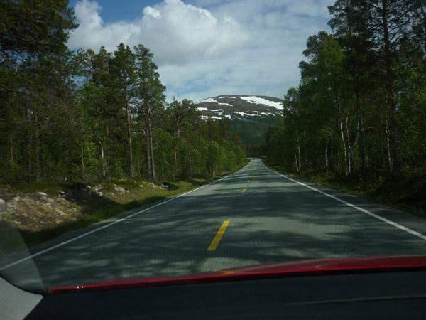 0002-carretera. De Mo i Rana al Círculo Polar Ártico. Nieve al fondo.