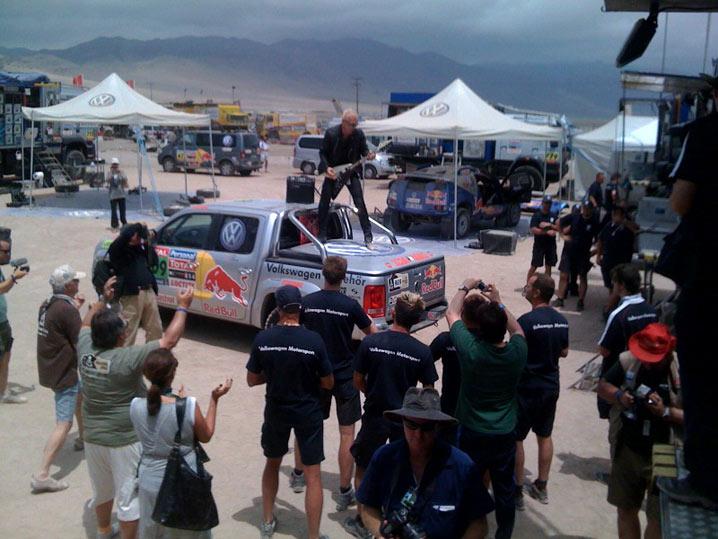 El cantante de Scorpions estuvo en la jornada de descanso para promocionar el VW Amarok.