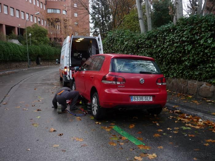 Una calle en curva no es un lugar adecuado para sustituir una rueda