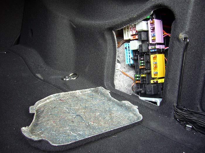 Caja de fusibles en el maletero.