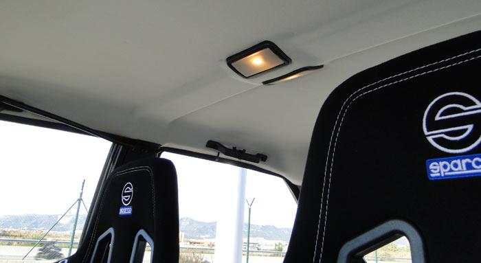 Asientos delanteros, techo y plafón de iluminación