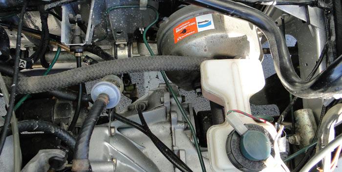 SEAT Ibiza 1.5 GLX. Servofreno, depósito del líquido de frenos y filtro de gasolina. Abajo del todo, está el cambio de mrachas.