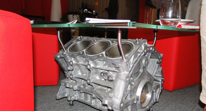 Presentación Nissan Nismo. Mesa hecha con el bloque de un motor V6