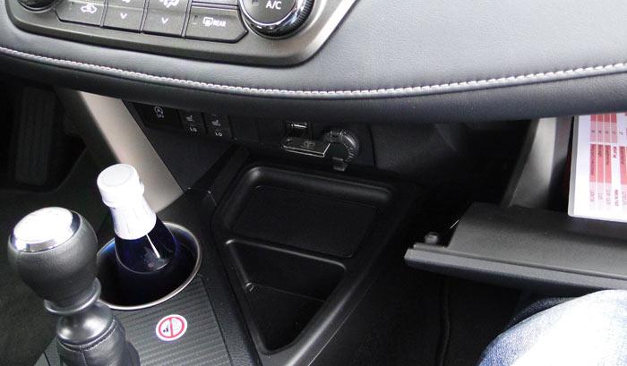 Toyota RAV4. Mando en la parte inferior de la consola