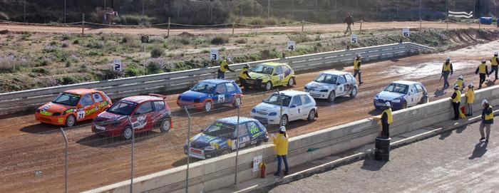 Son muchos los comisarios que se encargan de colocar los coches en su spuestos correctos en la parrilla de salida. Además comprueban si algún coche queda parado para sacar una bandera amarilla, etc.