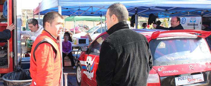 Antes de la final uno de los pilotos, Oscar Valera, que a la postre se proclamaría campeón de la DIV-IIA, charlando con una amigo y aficionado