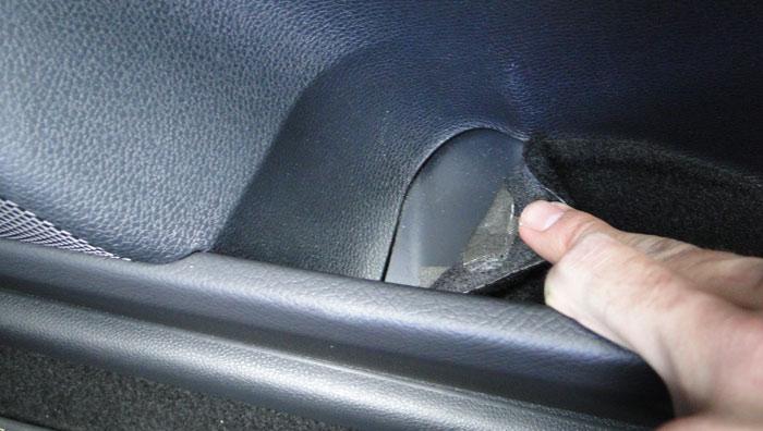 Mercedes-Benz Clase CLA.La superficie textil que hay en el fondo de las puertas está medio suelta