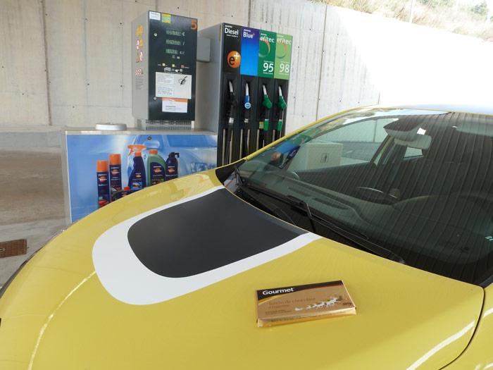 Renault Clio 2013. Surtidor gasolinera