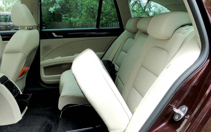 Škoda Superb Combi. Proceso para abatir los asientos posteriores