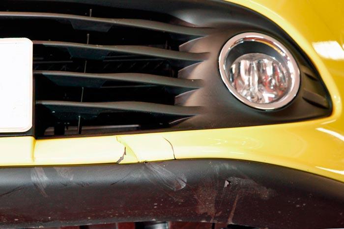 Comprobación de los daños en el Clio tras el accidente