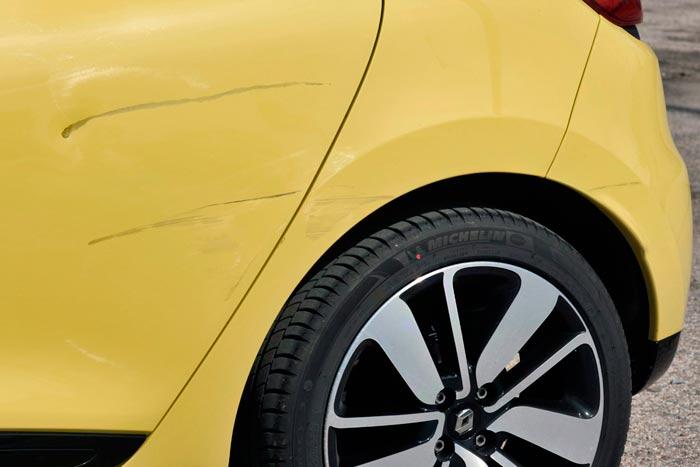 Renault Clio 2013. Puerta posterior izquierda golpeada