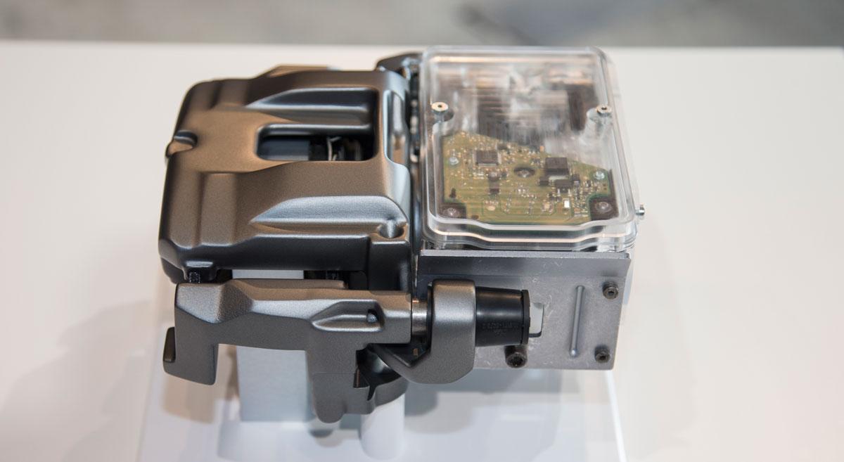 El pistón de las pinzas traseras de freno es desplazado por un motor eléctrico, no por un sistema hidráulico
