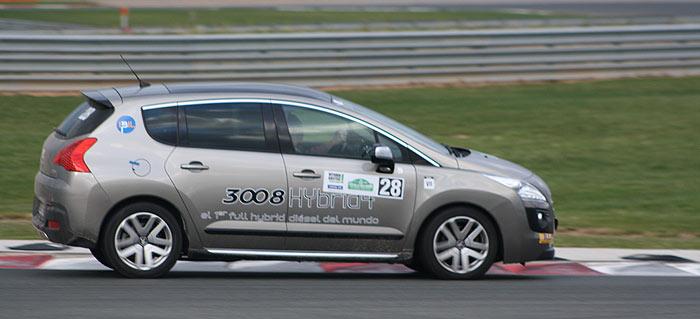 El Peugeot 3008 HYbrid4 en el circuito Los Arcos. Foto: Álex Botella
