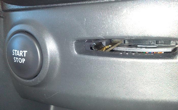 Renault Clio. Pieza de la tarjeta dentro de la ranura del lector
