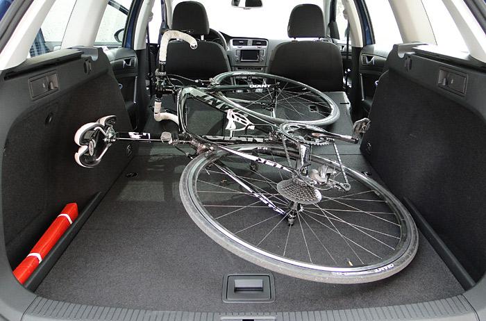 En los vehículos familiares de este tamaño caben bicicletas enteras si se abaten los respaldos de las plazas posteriores. La superficie de carga del Volkswagen Golf Variant no es completamente plana