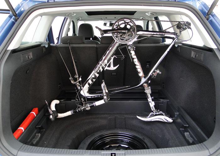 En el Volkswagen Golf, para aumentar la altura de carga es necesario eliminar el doble fondo del maletero.