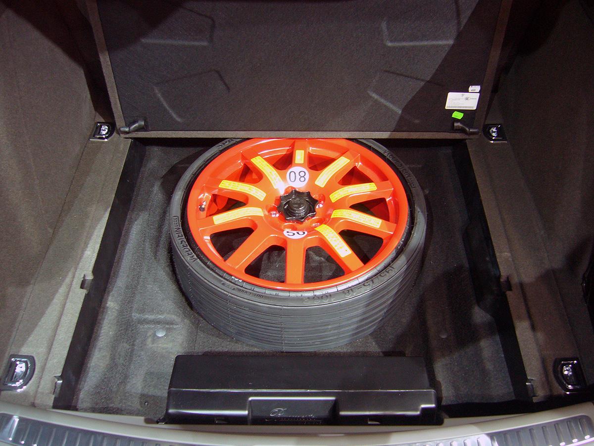 Los Macan que he visto tenían bajo el maletero esta rueda de respuesto. Va deshinchada y es de distinta medida al resto