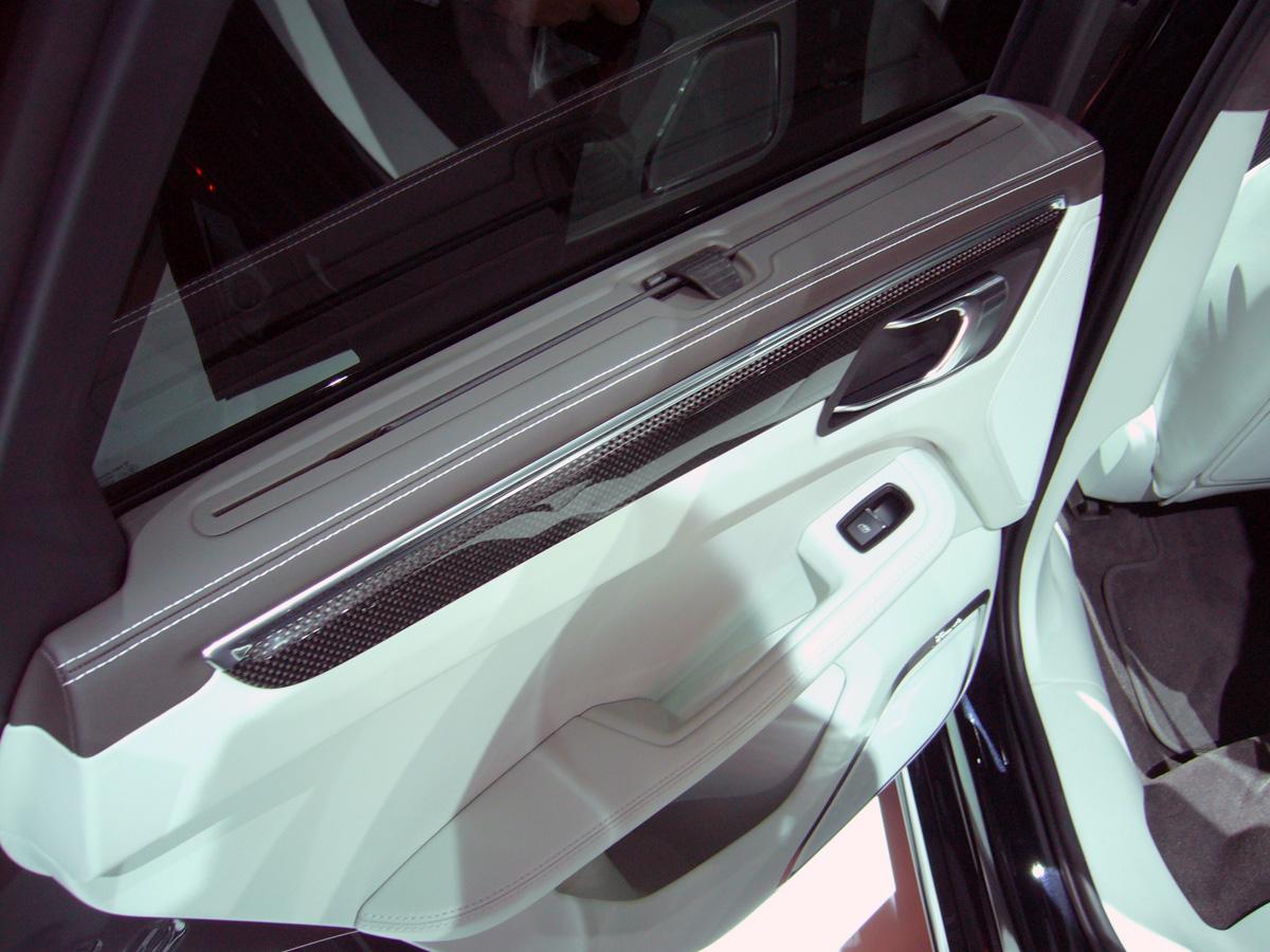 En la puerta puede tener cortinillas enrollables para proteger del sol a los pasajeros