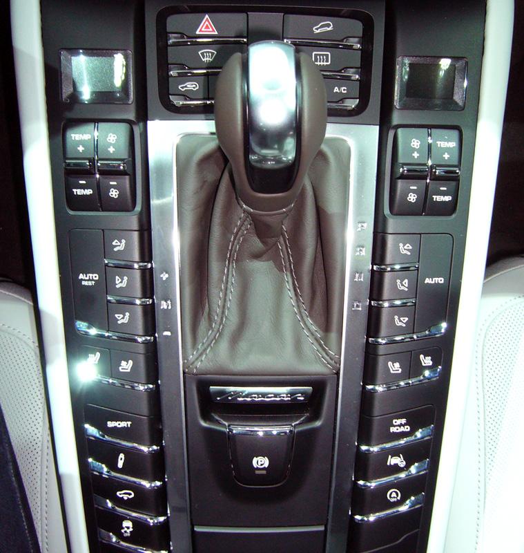 La consola es idéntica a la del resto de modelos de la gama actual de Porsche. Hay uno para el control de descenso, otro para activar el modo off-road y uno del nuevo sistema de mantenimiento en el carril
