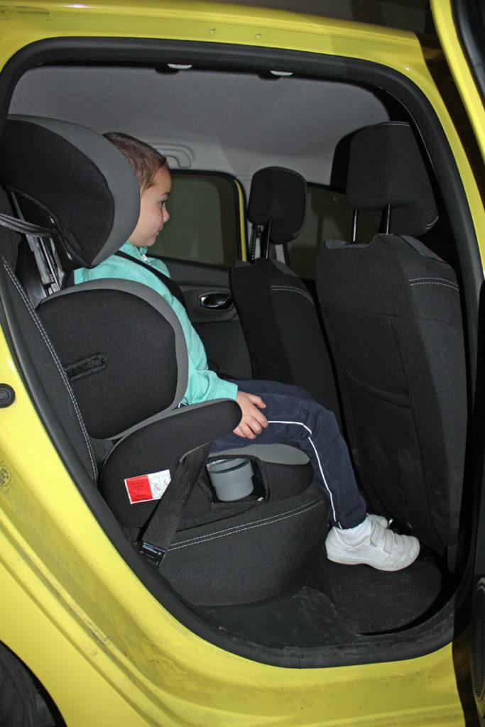 Marcos tiene casi 5 años. Este es el espacio que le queda para las piernas con el asiento delantero colocado para que quepa una persona de 1,75 m