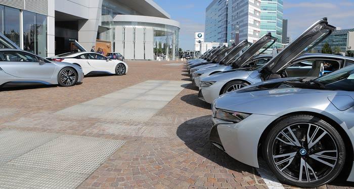 Sede de BMW en Italia. Las marcas alemanas no tienen rival alineando coches. Precisión germánica