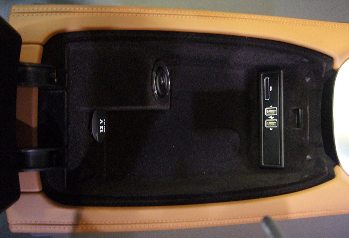 En el cajón que hay bajo el apoyabrazos están las conexiones USB, SD y el contacto, por si por algún motivo, no se puede utilizar el arranque sin llave.