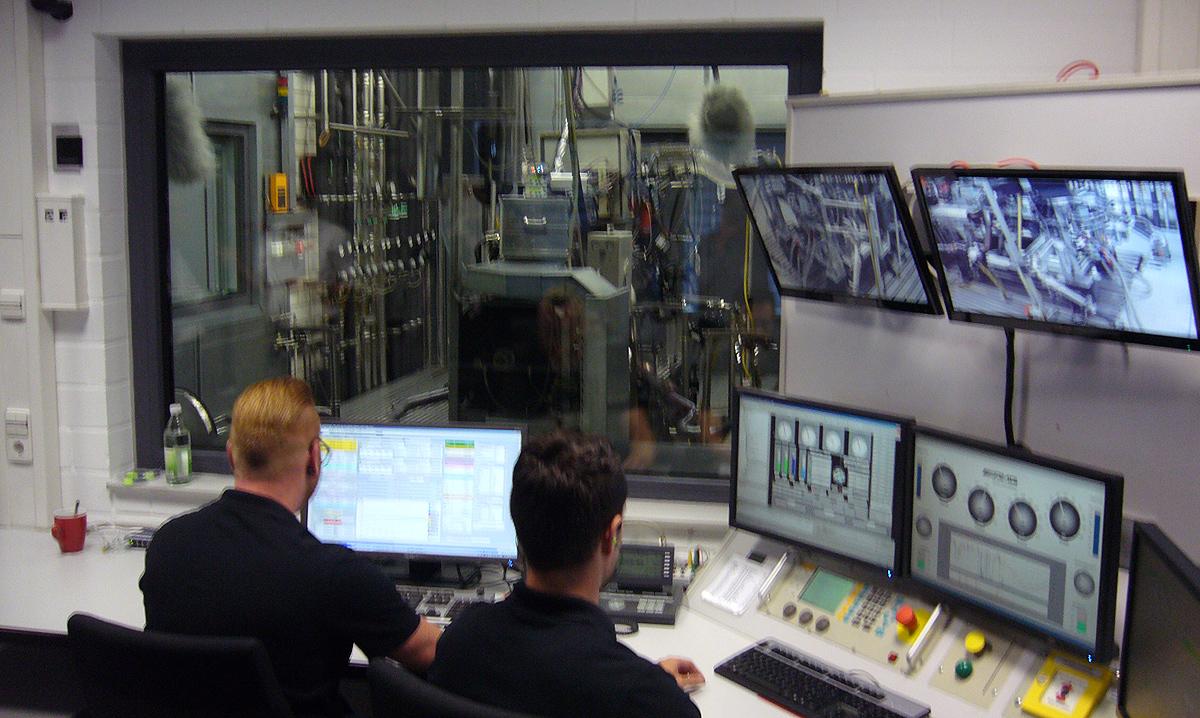 Los técnicos, aunque están en una sala bien aislada, llevan tapones en los oídos.