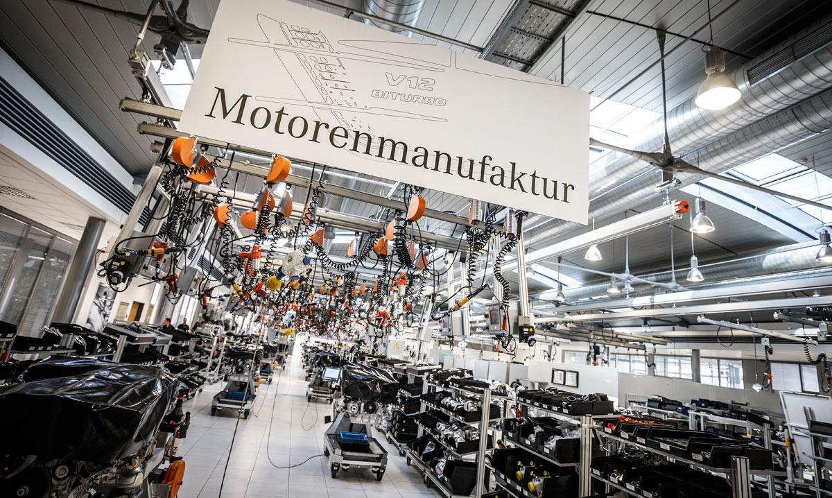 El mejor de los talleres. Visita a la línea de montaje de motores. Hay tres, una dedicada al V12 y otras dos, dobles, a los V8. Los de cuatro cilindros no se construyen en esta planta.
