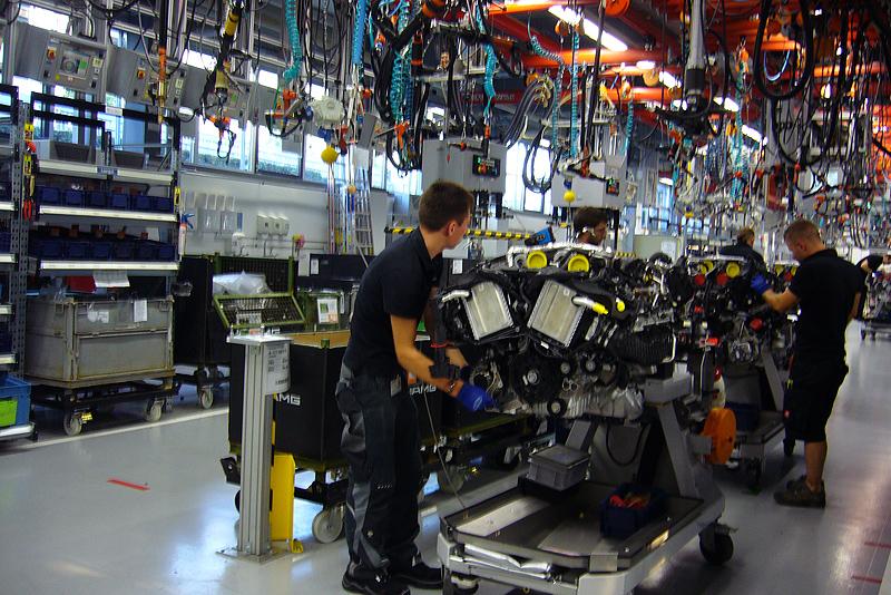 Cada mecánico monta el motor entero. Y cada día monta tres y medio.