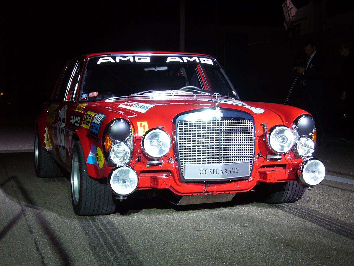 No recuerdo haber visto un coche con unos neumáticos delanteros tan anchos.