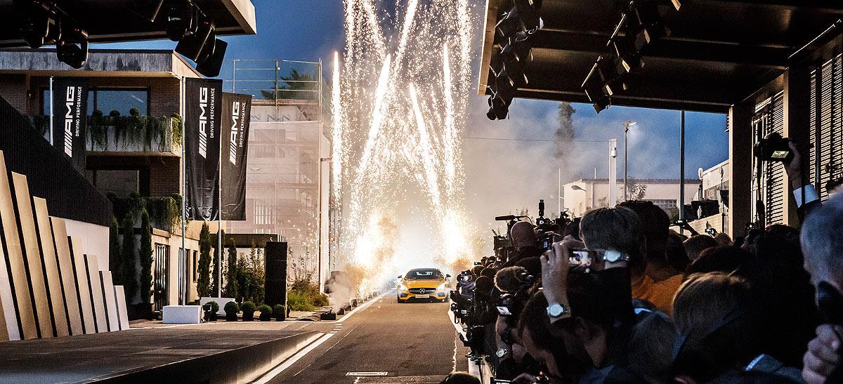 Unos fuegos artificiales anuncian la llegada del Mercedes-AMG GT.