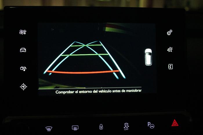 Sombra. De noche en la calle o en un garaje con iluminación normal, la cámara es completamente inútil. Es difícil de entender que Citroën instale un elemento que no sirve cuando más necesario es.