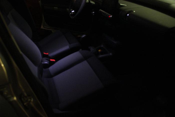 Luz. Citroën usa alumbrado led en las plazas delanteras. La foto está hecha ajustando la cámara para mostrar con la mayor semejanza posible la iluminación que da el led que hay en el plafón.