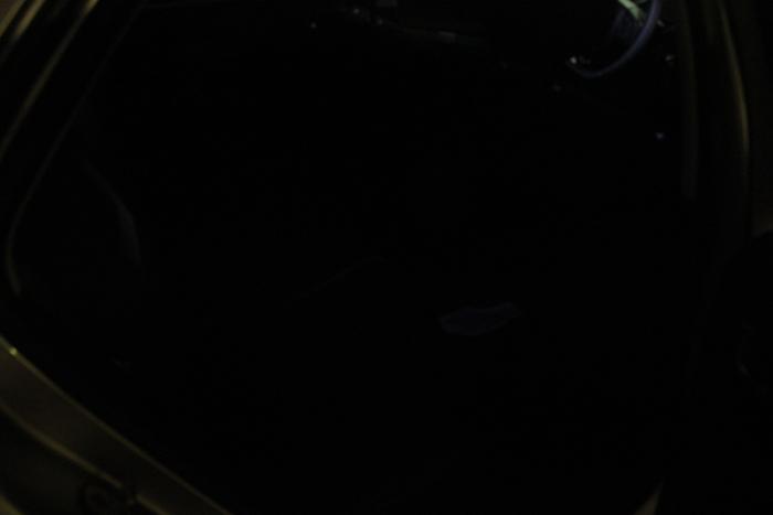 Sombra. En las plazas traseras no hay luz. Esta imagen no es una exageración, es lo miso que se ve en un garaje a oscuras (con la luz interior del coche encendida). Imposible encontrar algo que se haya caído al suelo o atinar con el enganche del cinturón cuanod hay que sujetar a un niño en su sillita.