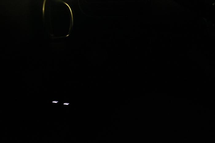 Sombra. De noche, solo los de los elevalunas están iluminados. Los otros hay que localizarlos a ciegas. Fácil si se conoce al coche y complicado en caso contrario.