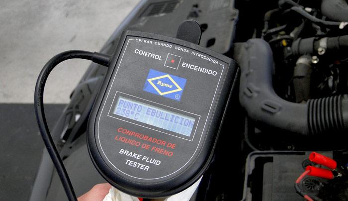 Aparato que mide la temperatura de ebullición y otras características del líquido de freno
