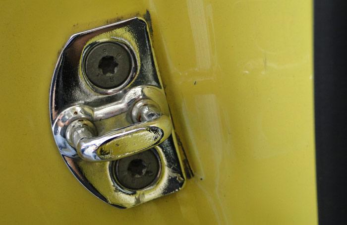 La cerradura de la puerta trasera derecha muestra ha sido recolocada para asegurar un buen ajuste