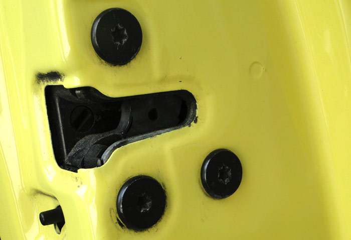 Los tornillos de la cerradura de la puerta trasera derecha han sido manipulados en varias ocasiones