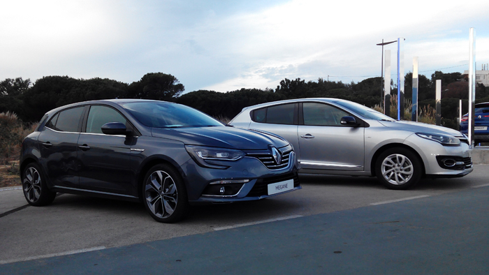 Renault Mégane IV (izq.) y Renault Mégane III (dcha.). Vista lateral.