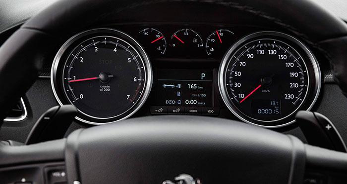 Cuadro también clásico, con dos grandes relojes sin hornacinas de formas raras, pantallita informativa en el centro y un detalle poco frecuente: hay un termómetro de aceite. La foto corresponde a un motor de gasolina (límite 6.200 rpm y levas del cambio automático bajo el volante), pero todo el resto es idéntico para el BlueHDi.