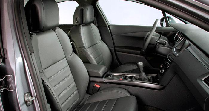 Color negro mate en todo el interior, y asientos de diseño, cómo no, muy clásico y confortable. Los reposacabezas tiene regulación no sólo de altura sino de proximidad, en función de que al usuario le guste que le rocen en la nuca o prefiera unos centímetros de distancia.