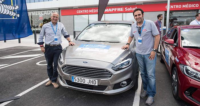Previo a la salida: los futuros vencedores (Victor Piccione y Javier Llorente), junto al Ford S-Max 2.0-TDCi de 180 CV al que llevaron al triunfo.