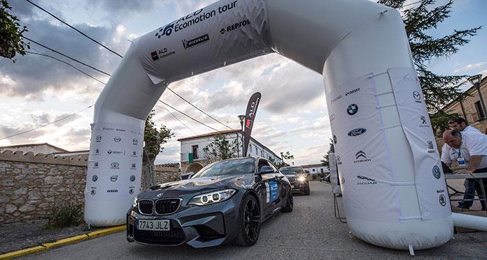 Llegada al final de la primera etapa, en el Monasterio de San Bernardo de Valbuena, en pleno corazón de la comarca Ribera del Duero. El que entra por el arco es el segundo clasificado oficial, un poderoso BMW M-2 Coupé 3.0 de 370 CV.