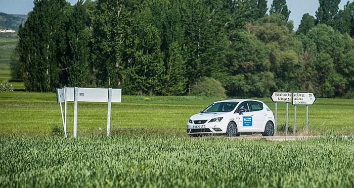 El más pequeñín circula junto a una chopera segoviana: se trata de un Ibiza 1.0-TSI Connect Style de 95 CV. El más económico con gasolina (4,79 l/100 km); pero su homologación de 4,3 y los cuatro minutos de penalización le retrasaron hasta la 8ª posición.