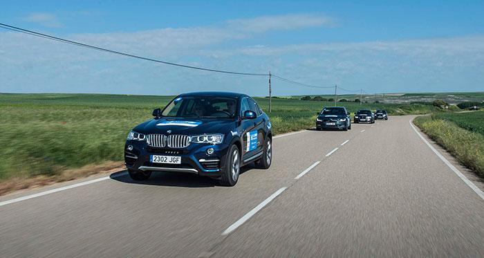 """En algunos tramos de fácil trazado, algunos participantes mostraban cierta tendencia a circular en procesión; lo de coger o no """"rebufo"""" depende de la distancia a la que cada cual considere que sigue siendo eficaz. En esta foto, parece que tres coches de color gris azulado habían decidido copiar el ritmo marcado por el BMW X-4 del mismo color."""