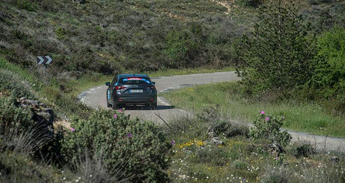 Pero las carreteras fáciles fueron, si no la excepción, al menos no la mayoría. Como lo demuestra este tramo, por donde un Mazda-3 ocupa más de la mitad de la anchura del firme. Mal sitio la curva a la que se acerca para cruzarse con un camión, aunque fuese pequeño.