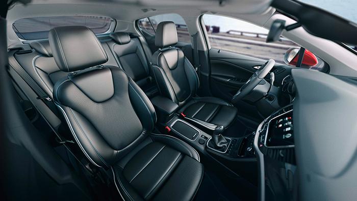 Cada uno en su segmento, todos los actuales modelos de Opel ofrecen un interior de aspecto que se puede calificar de impactante, lujoso o recargado, según opiniones; pero en cualquier caso, con un nivel de acabado irreprochable.