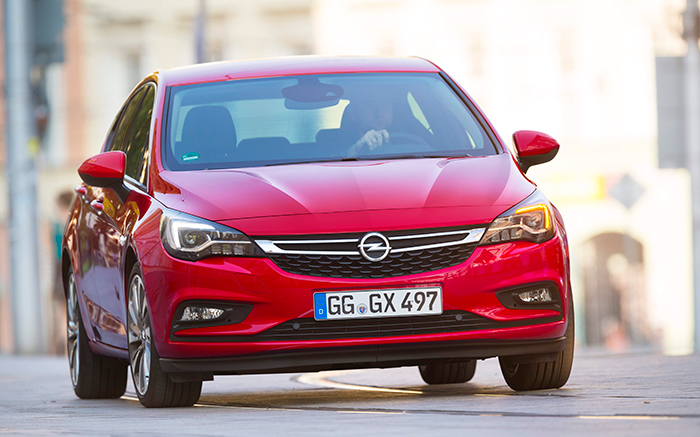 Aunque en continua evolución, el diseño frontal de los Opel viene manteniendo una línea estética bastante constante desde hace dos o tres generaciones.
