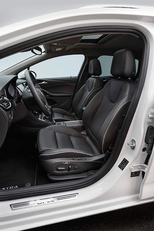 El tradicional diseño de los asientos Opel también se mantiene bastante constante en el tiempo, si bien cada vez va ganando en tamaño y sofisticación de sus reglajes.