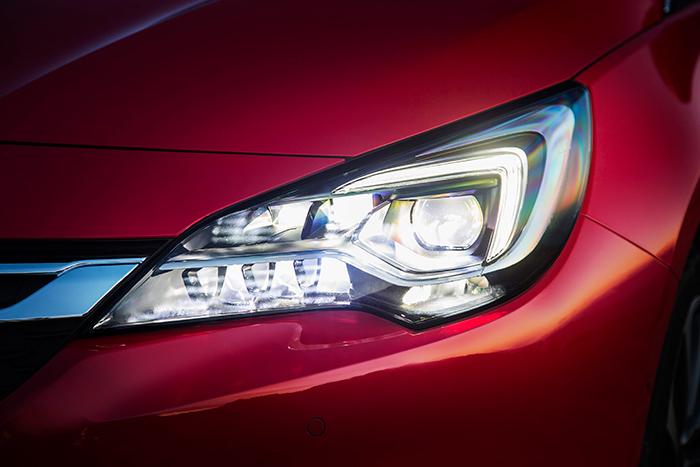 """Los faros inteligentes a base de LEDs funcionan muy bien en cuanto a cantidad y calidad de iluminación, pero con frecuencia le dan """"cruce"""" a los paneles de tráfico reflectantes, y como casi todos los de este tipo, tardan entre uno y dos segundos en volver a """"largas"""" una vez que ya nos hemos cruzado con el coche que venía de frente."""